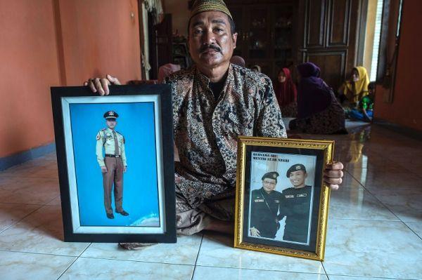 """印尼潜艇殉难艇员亲属:""""我仍相信我的儿子还活着"""""""