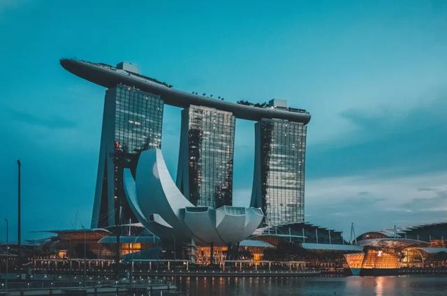 13所学校学生确诊!新加坡发11亿补助,部长:年底恢复旅游