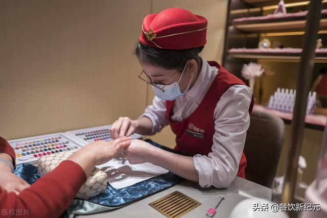 8000元开店,4张桌子起家,却被中国人吃成新加坡首富