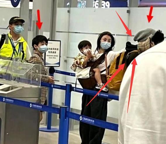 张柏芝暑假回港陪儿子过暑假,悄悄带三子去新加坡度假