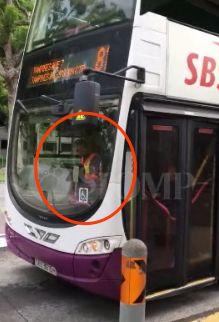 视频疯传!新加坡巴士司机开车不看路,居然全程玩手机!吓Skr人…